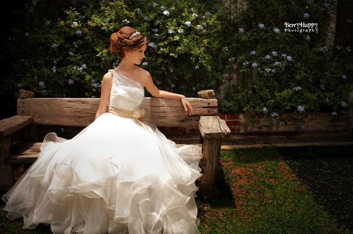 blushing-bride-berry-happy-photography