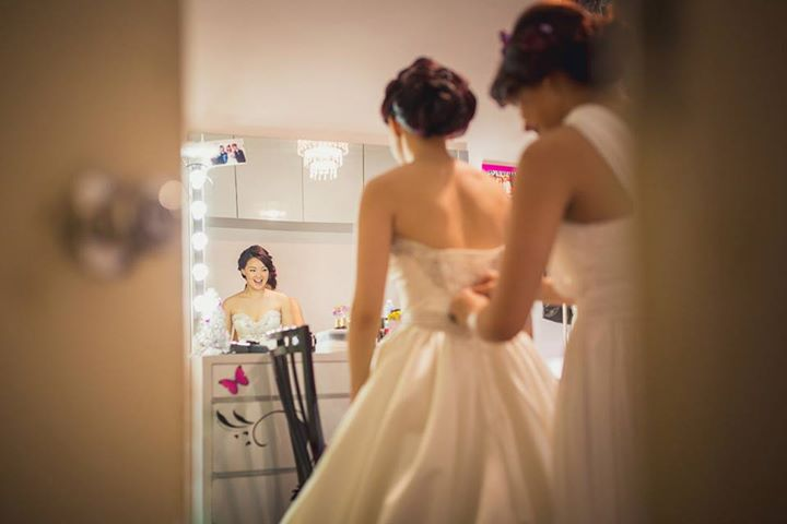 bride-preparing-renatus-photography