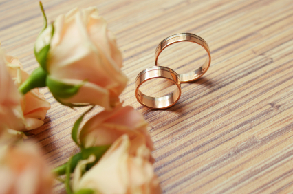 wedding-rings-and-rose
